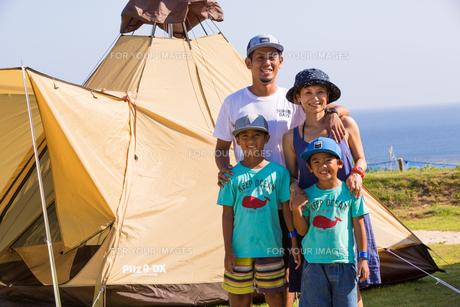 テントの前で微笑む家族の素材 [FYI01030999]