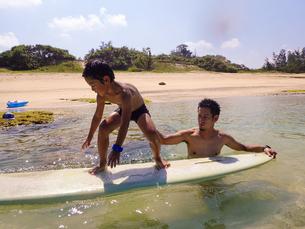サーフボードで遊ぶ父子の素材 [FYI01031000]