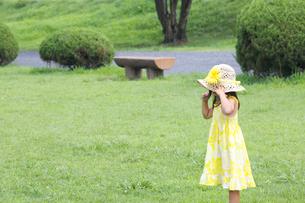 公園で遊ぶ外国人の子供の素材 [FYI01031001]