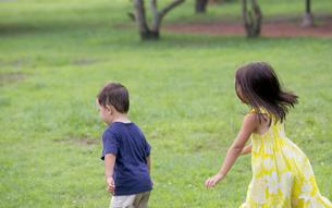 公園で遊ぶ外国人の姉弟の素材 [FYI01031002]