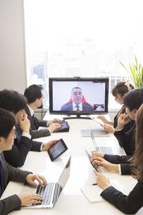 会議するビジネスマンの素材 [FYI01031005]