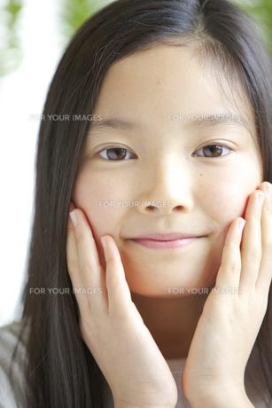 カメラ目線で微笑む少女の素材 [FYI01031010]