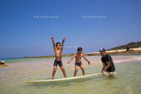 サーフボードで遊ぶ父子の素材 [FYI01031018]