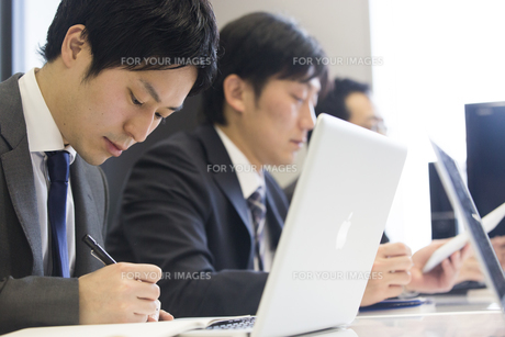 会議するビジネスマンの素材 [FYI01031026]