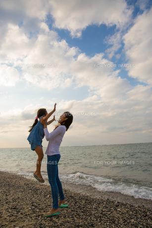 娘を抱き上げる母親の素材 [FYI01031027]