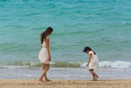 波と戯れる母娘の素材 [FYI01031028]