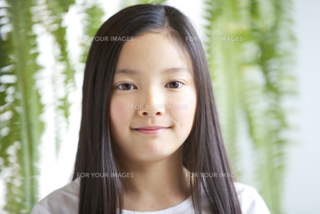 カメラ目線で微笑む少女の素材 [FYI01031031]