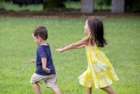 公園で遊ぶ外国人の姉弟の素材 [FYI01031033]
