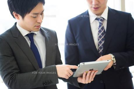 会議するビジネスマンの素材 [FYI01031040]