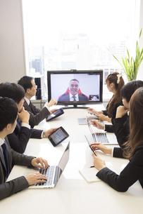 会議するビジネスマンの素材 [FYI01031042]
