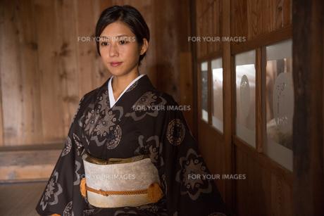 大島紬の着物でポーズする女性の素材 [FYI01031045]