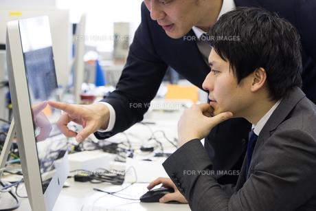 会議するビジネスマンの素材 [FYI01031047]