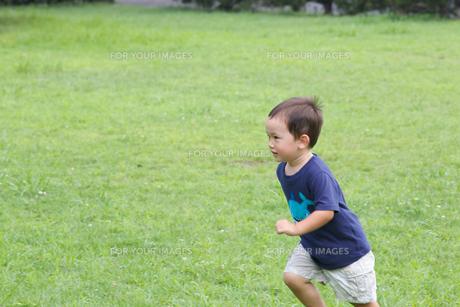 公園で遊ぶ外国人の子供の素材 [FYI01031049]