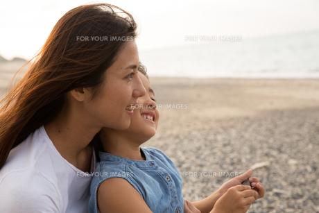 微笑む母娘の素材 [FYI01031052]