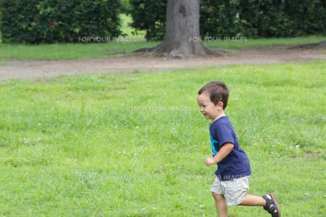 公園で遊ぶ外国人の子供の素材 [FYI01031054]