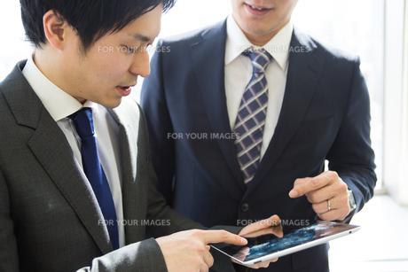 会議するビジネスマンの素材 [FYI01031067]