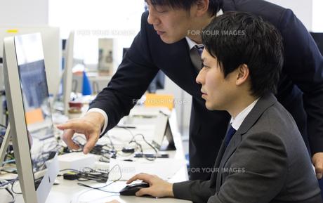 会議するビジネスマンの素材 [FYI01031070]