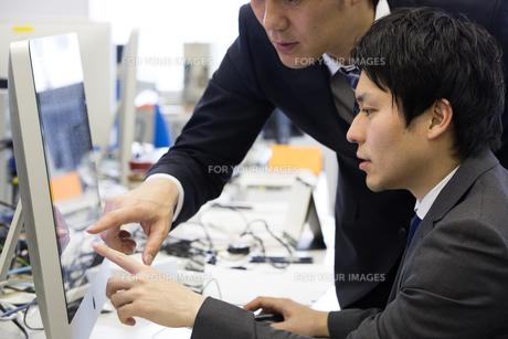 会議するビジネスマンの素材 [FYI01031071]