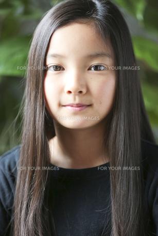カメラ目線で微笑む少女の素材 [FYI01031072]