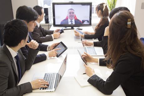 会議するビジネスマンの素材 [FYI01031073]