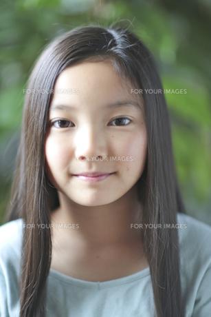 カメラ目線で微笑む少女の素材 [FYI01031074]