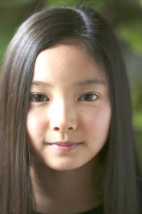カメラ目線で微笑む少女の素材 [FYI01031075]