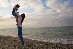 娘を抱き上げる母親の素材 [FYI01031081]