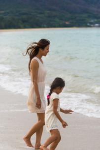 波と戯れる母娘の素材 [FYI01031087]