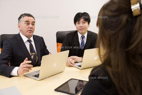 会議するビジネスマンの素材 [FYI01031091]