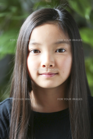 カメラ目線で微笑む少女の素材 [FYI01031092]