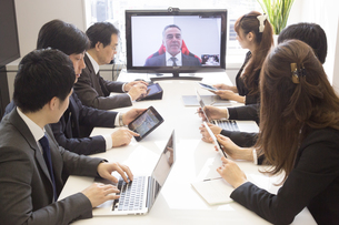 会議するビジネスマンの素材 [FYI01031095]