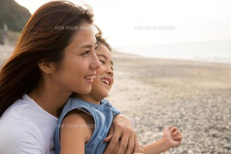 微笑む母娘の素材 [FYI01031098]