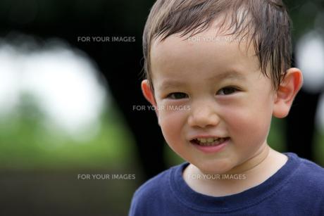 公園で遊ぶ外国人の子供の素材 [FYI01031099]