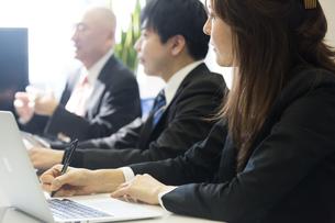 会議するビジネスマンの素材 [FYI01031108]