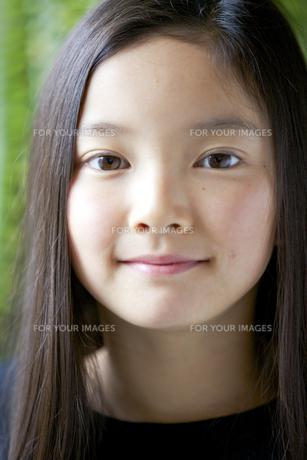 カメラ目線で微笑む少女の素材 [FYI01031109]