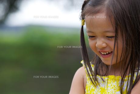 公園で遊ぶ外国人の子供の素材 [FYI01031111]