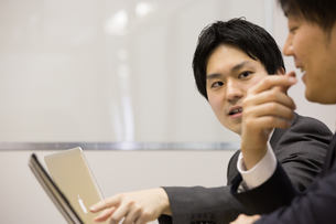 会議するビジネスマンの素材 [FYI01031112]