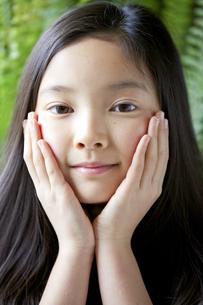カメラ目線で微笑む少女の素材 [FYI01031113]
