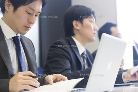 会議するビジネスマンの素材 [FYI01031116]