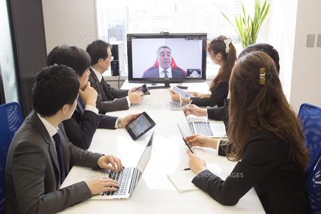 会議するビジネスマンの素材 [FYI01031122]