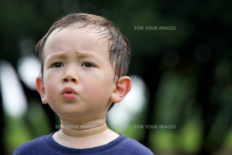 公園で遊ぶ外国人の子供の素材 [FYI01031164]