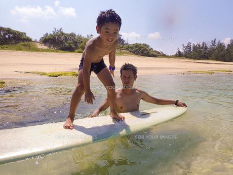 サーフボードで遊ぶ父子の素材 [FYI01031166]