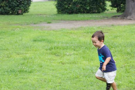 公園で遊ぶ外国人の子供の素材 [FYI01031169]