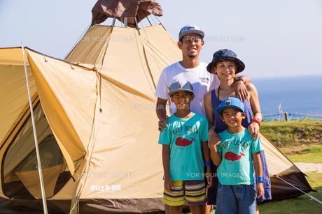 テントの前で微笑む家族の素材 [FYI01031176]