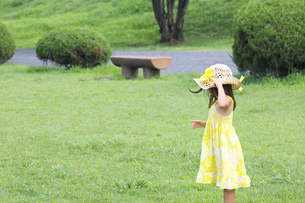 公園で遊ぶ外国人の子供の素材 [FYI01031205]