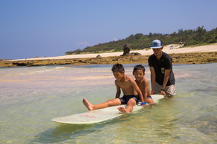 サーフボードで遊ぶ父子の素材 [FYI01031243]