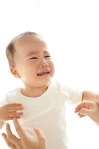 泣いている子供の素材 [FYI01031824]
