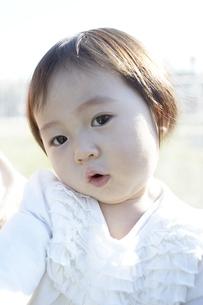 見つめる赤ちゃんの素材 [FYI01032060]