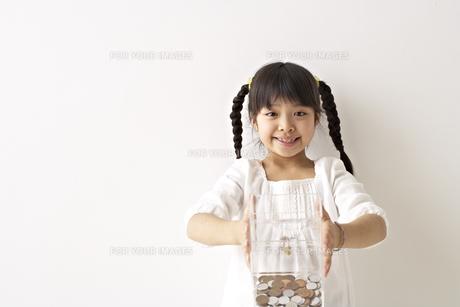 募金をする少女の素材 [FYI01032106]