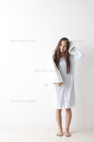 髪を拭く女性の素材 [FYI01032152]